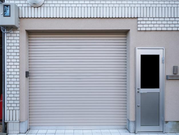 Garage con porta residenza su mattoni bianchi