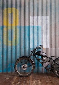 Garage interno d'epoca con moto