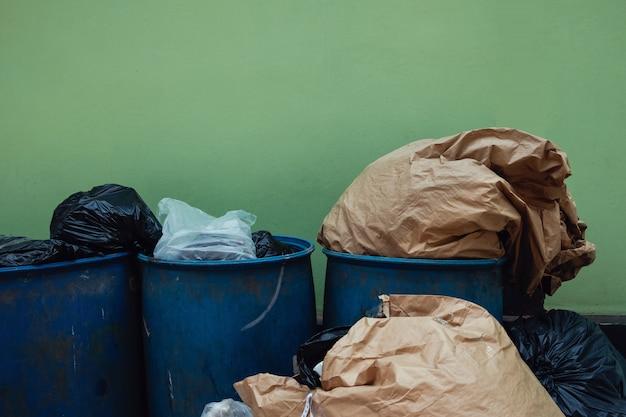 Garbages e cestino pieno. problema di inquinamento.