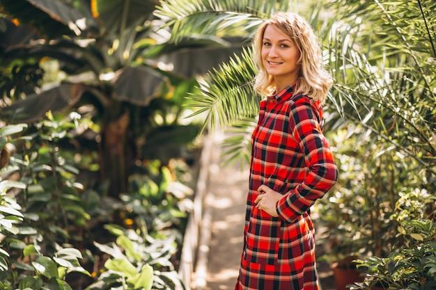 Gardner della donna in una serra