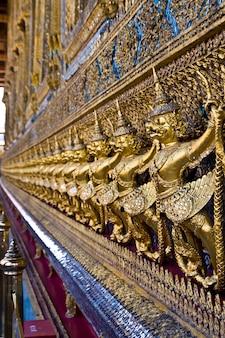 Garuda dorato al tempio di wat phra keao in grande palazzo, bangkok tailandia