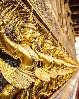 Garuda dorato decorato sul muro.