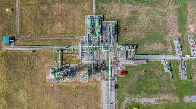 Gasdotto aereo vista dall'alto, industria del gas, sistema di trasporto del gas, valvole di arresto ed apparecchi per la stazione di pompaggio del gas.