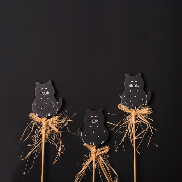 Gatti di halloween su bastoni