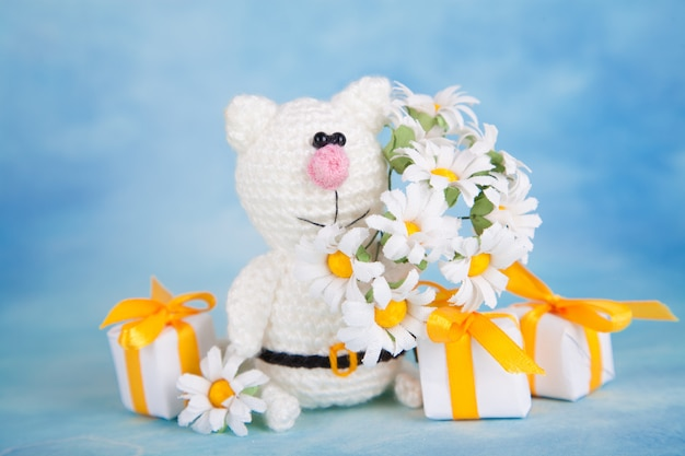 Gatto lavorato a maglia decorazioni di san valentino. giocattolo a maglia, amigurumi, biglietto di auguri.