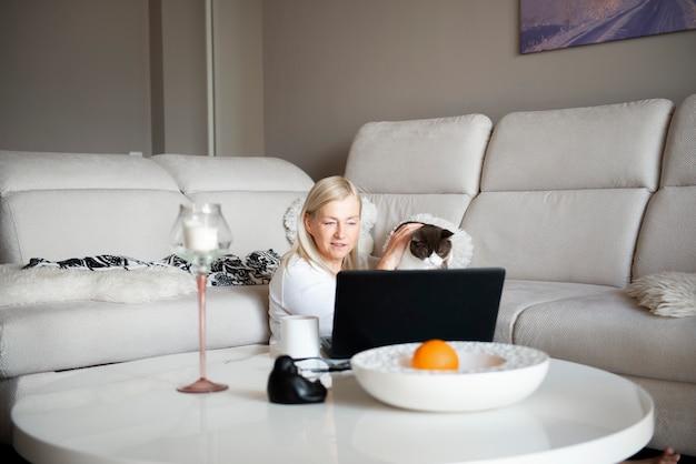 Gatto maturo della tenuta della donna e parlare attraverso la video chat