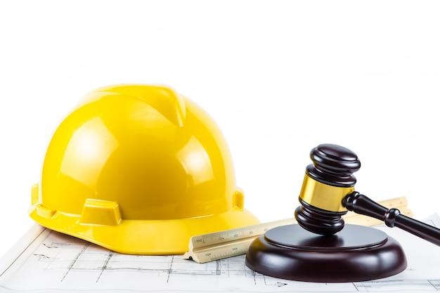 Gavel e casco di sicurezza giallo