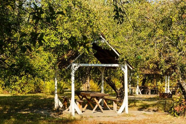 Gazebo in legno nel parco d'autunno