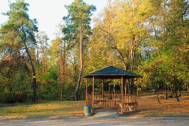 Gazebo nel parco d'autunno. alberi e foglie d'autunno