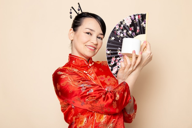 Geisha giapponese in abito tradizionale rosso giapponese
