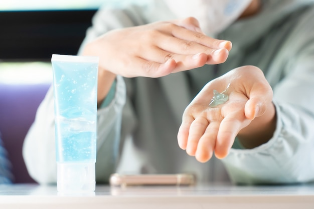Gel per alcool disinfettante per mani da ragazza o gel antibatterico per le mani