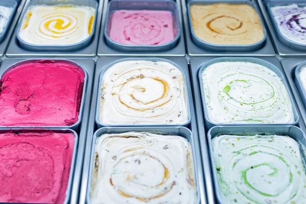 Gelateria. il gelato in contenitori si chiude in su