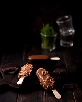 Gelati al cioccolato close-up pronti per essere serviti