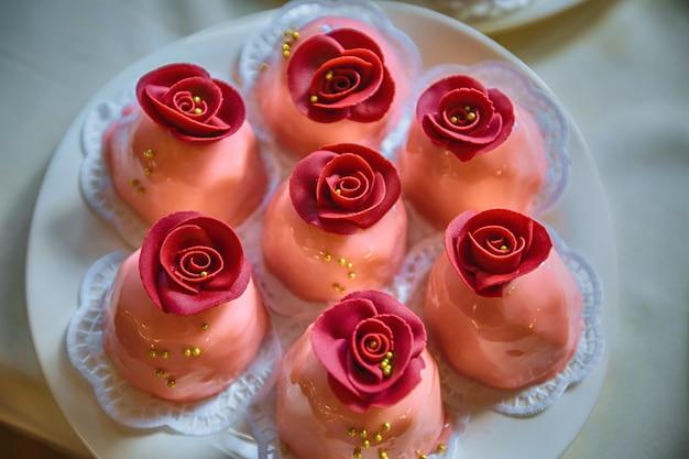 Gelatina di latte come rose su un piatto bianco