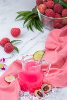 Gelatina di litchi, frutta di stagione e concetto di dessert tailandese splendidamente decorato.