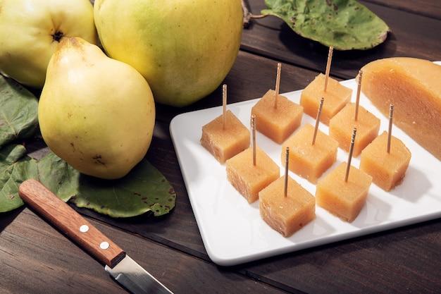Gelatina di mele cotogne e frutti fatti in casa su fondo di legno