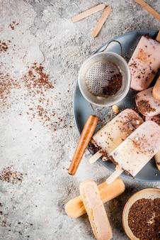 Gelato ai ghiaccioli al tiramisù. il gelato si apre con biscotti savoiardi italiani, mascarpone, cioccolato al latte