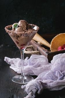 Gelato al cioccolato con lamponi