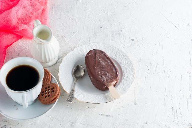 Gelato al cioccolato e una tazza di caffè