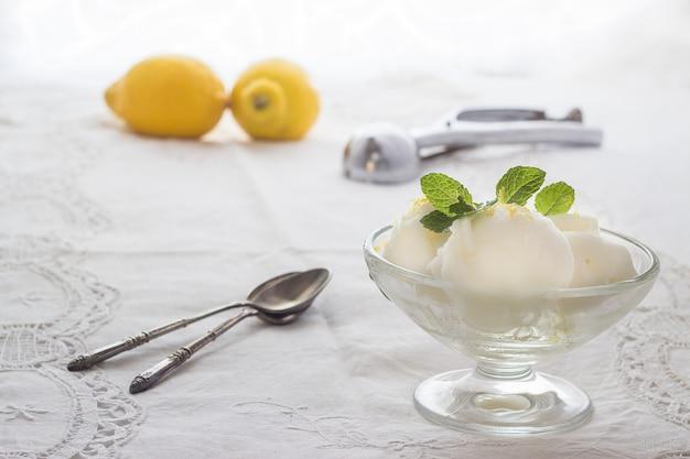 Gelato al limone con cucchiai e limoni