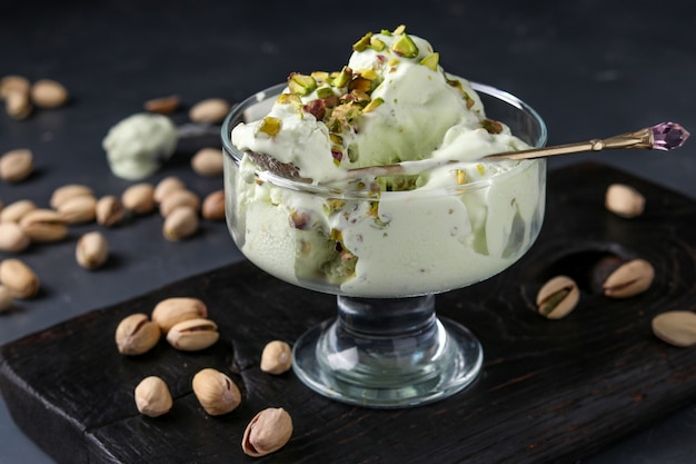 Gelato al pistacchio con la ciotola di vetro del gelato dei pistacchi, foto orizzontale