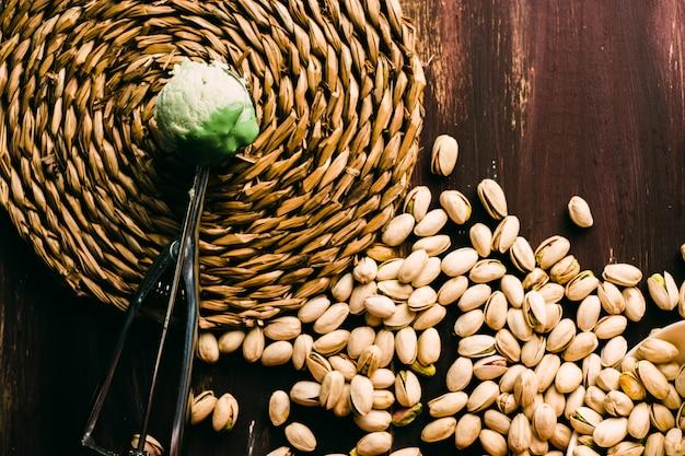 Gelato al pistacchio fatto in casa sul tavolo di legno con posate vintage
