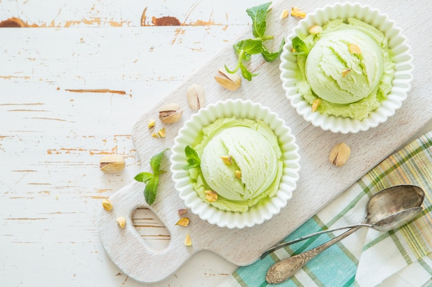 Gelato al pistacchio in una ciotola bianca