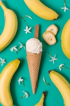 Gelato alla vaniglia bianco circondato da banane