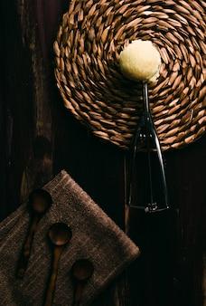 Gelato alla vaniglia casalingo sulla tavola di legno con la coltelleria d'annata