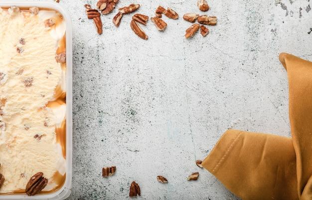 Gelato con le arachidi sulla tavola di calcestruzzo bianca