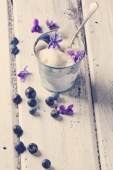 Gelato con violette zuccherate