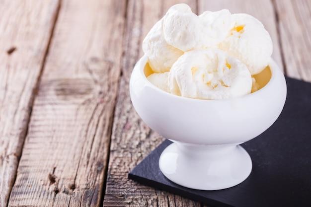 Gelato, crema bianca in una ciotola di ceramica bianca.