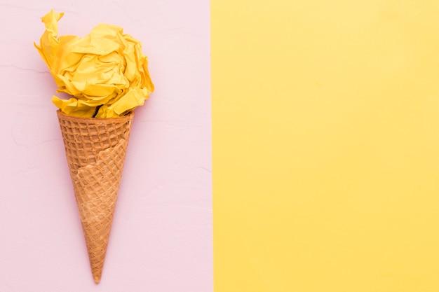 Gelato giallo su sfondo di colore diverso
