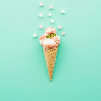 Gelato in cono di cialda con sciroppo e marshmallow