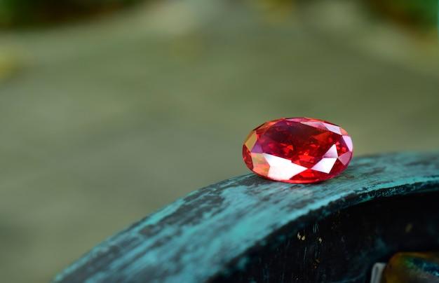 Gemma rossa e bellissima gemma