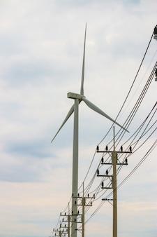 Generatore di corrente dell'azienda agricola della turbina di vento nel bello paesaggio della natura per produzione