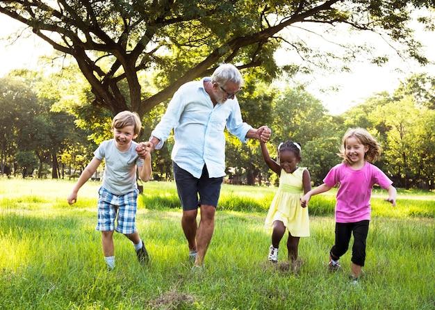 Generazioni della famiglia che parenting concetto di rilassamento di unità