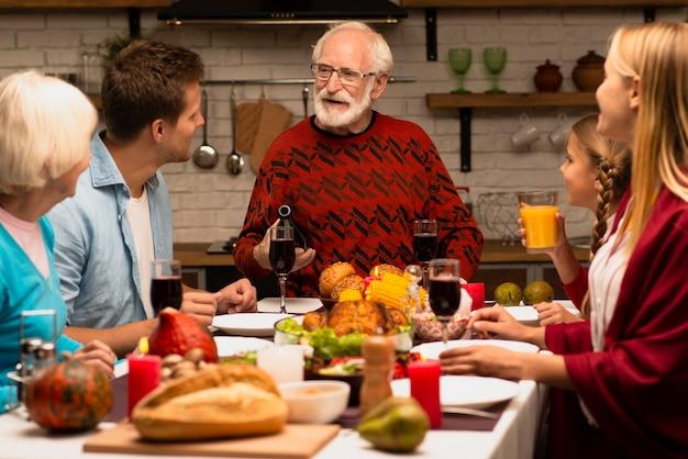 Generazioni familiari che ascoltano il nonno