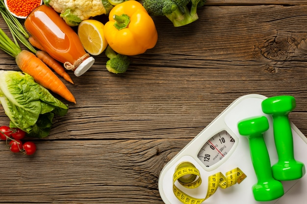 Generi alimentari con scala sul tavolo di legno