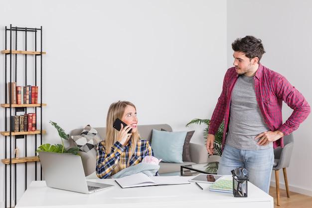 Generi l'esame della madre con il bambino che parla sul telefono