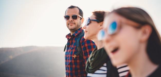 Generi l'escursione con la moglie e la figlia un giorno soleggiato