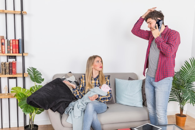Generi parlare sul telefono vicino alla madre con il piccolo bambino