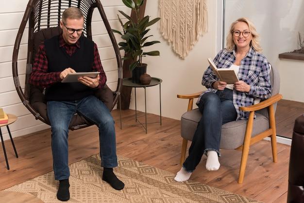 Generi sorridere e la posa mentre tengono il libro con il padre accanto lei