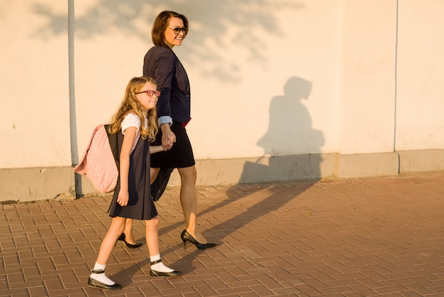 Genitore tenendo il bambino per mano, vai a scuola