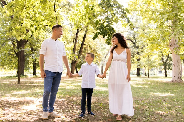 Genitori che camminano nel parco con il figlio