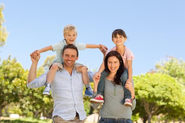 Genitori che danno ai bambini un piggyback