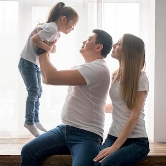 Genitori che giocano con la figlia