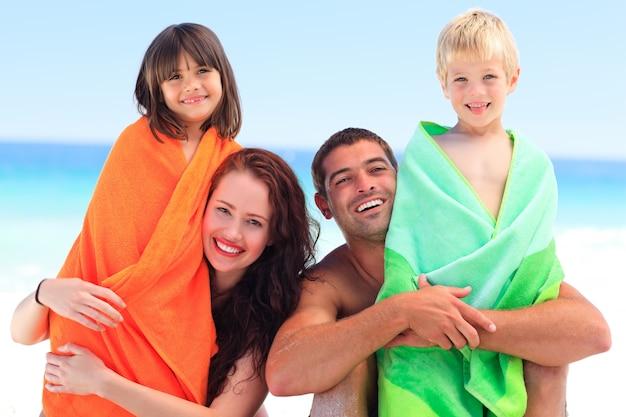 Genitori con i loro bambini in asciugamani