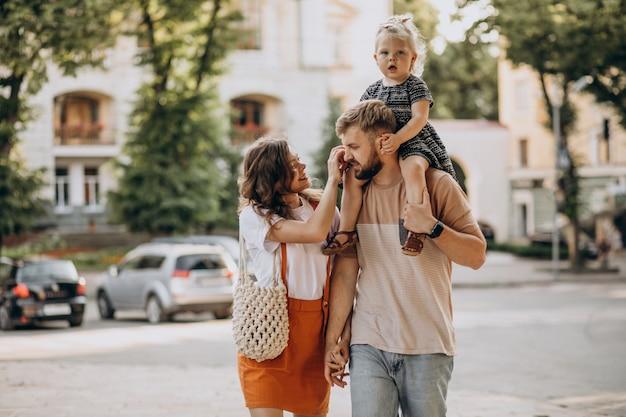 Genitori con la loro figlioletta in città