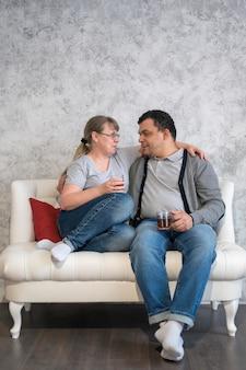 Genitori di angolo basso che bevono tè